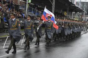 Jednotka slovenské armády na vojenské přehlídce v Praze na Evropské třídě
