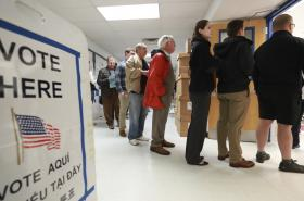 Fronta před jednou z volebních místností v USA
