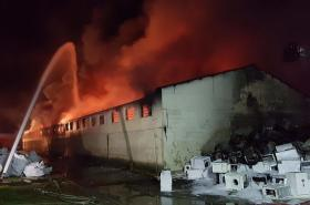 V Letech u Prahy hořela hala s elektroodpadem