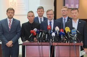 Zástupci opozice volají po mimořádné schůzi