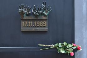 Pamětní deska připomínající události 17. listopadu 1989 na Národní třídě
