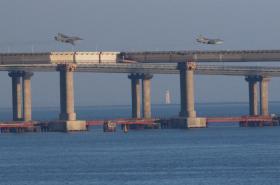 Ruské bojové letouny přelétají nad mostem spojujícím Krym
