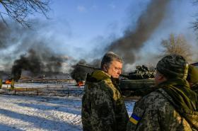 Petro Porošenko na cvičení ukrajinské armády