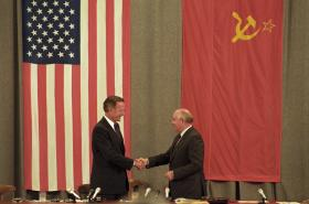 George Bush starší (vlevo) a bývalý sovětský prezident Michail Gorbačov v Moskvě roku 1991.