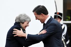 Theresa Mayová se vítá s nizozemským premiérem Markem Ruttem