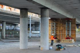 Podepřený most v Bubenské ulici u stanice metra Vltavská