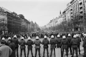 Řada příslušníků SNB během demonstrace 15. ledna 1989
