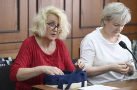 Bývalá zdravotní sestra Věra Marešová (vlevo) u soudu v květnu 2018