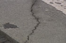Trhlina v povrchu dálnice