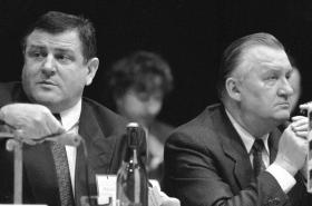 Slovenský premiér a předseda HZDS Vladimír Mečiar (vlevo) a slovenský prezident Michal Kováč v březnu 1993