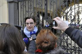 Mluvčí městské části Brno-střed Kateřina Dobešová před budovou radnice, jejíž kanceláře prohledávali policisté