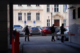 Policisté hlídkují u vjezdu do sídla Úřadu pro ochranu hospodářské soutěže
