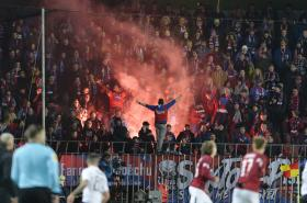 Fanoušci Plzně vyvolávali na Letné konflikty s domácími