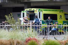Záchranáři odvážejí zraněné po střelbě v mešitách