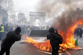 Hořící barikáda před Vítězným obloukem