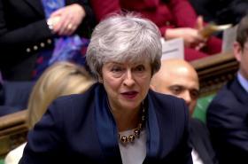 Theresa Mayová při interpelacích v parlamentu