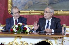 Český prezident Miloš Zeman (vlevo) a jeho rakouský protějšek Alexander Van der Bellen
