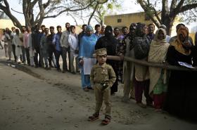 Fronta před jednou z volebních místností v Indii