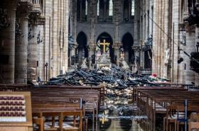 Poničený interiér katedrály Notre-Dame