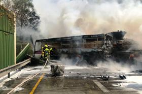 Hasiči likvidují požár autobusu na Pražském okruhu