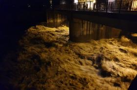 Rozvodněná Bečva zaplavila zahrady a silnice v Ústí u Hranic