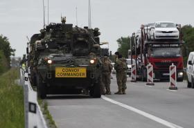 Konvoj vozů americké armády v odstavném pruhu na dálnici D2 poblíž Velkých Pavlovic