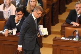 Premiér Andrej Babiš odchází ze sněmovny