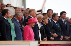 Státníci v čele s britskou královnou Alžbětou II. a americkým prezidentem Donaldem Trumpem slaví výročí Dne D
