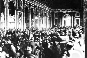 Podpis mírové smlouvy v Zrcadlovém sále zámku ve Versailles