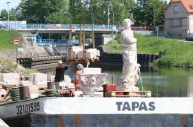 Petr Váňa nakládá kopii Mariánského sloupu před plavbou do Prahy
