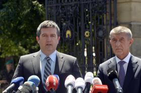 Zleva vicepremiér Jan Hamáček (ČSSD) a předseda vlády Andrej Babiš (ANO) po setkání s prezidentem