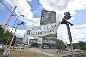 Ekologičtí aktivisté blokují vjezd do chvaletické  elektrárny