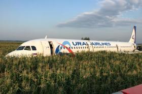Letadlo ruských aerolinek nouzově přistálo na poli