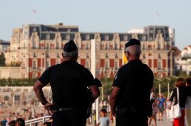 Policie v ulicích letoviska Biarritz, kde se koná summit G7