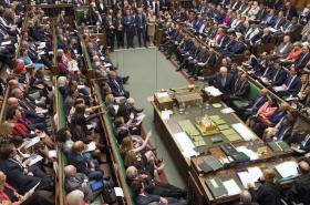Britský parlament jedná o odkladu brexitu