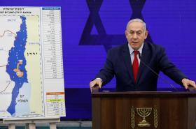 Benjamin Netanjahu ukazuje území (modře) mezi Západním břehem (bíle) a Jordánskem (žlutě), které chce anektovat. Oranžově je vyznačeno Jericho, které by zůstalo palestinské