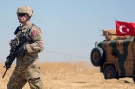 Americký voják a turecká jednotka v Sýrii