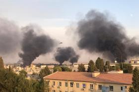 Kouř nad městem Rás al-Ajn v Sýrii