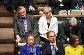 Debatu ve sněmovně sleduje také expremiérka Theresa Mayová