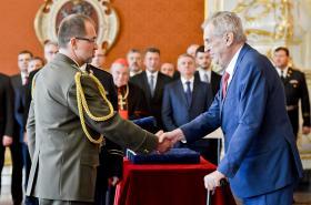 Prezident Zeman povýšil do hodnosti generála sedm mužů