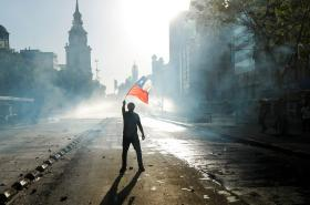 Jeden z demonstrantů v ulicích Santiaga de Chile