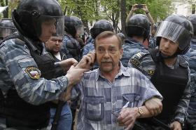 Lidskoprávní aktivista Lev Ponomarjov při zatčené během portestu v Moskvě v roce 2012