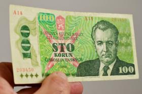 Stokorunová československá bankovka z roku 1989 s Klementem Gottwaldem