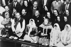 Svatořečení Anežky České v chrámu svatého Petra ve Vatikánu, pohled na skupinu poutníků, 12. 11. 1989