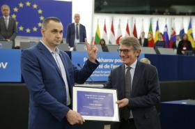 Ukrajinský režisér Oleh Sencov převzal v europarlamentu Sacharovovu cenu
