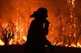 Australští hasiči marně bojují s plameny