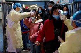 Kontrola tělesné teplot cestujících na nádraží ve městě Ťiou-ťiang
