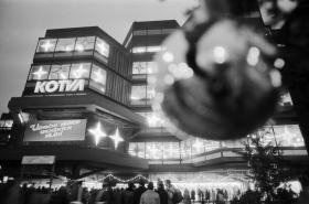Svátečně vyzdobený obchodní dům Kotva, snímek z 2.12.1987