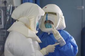 Lékaři v nemocnici ve Wu-chanu