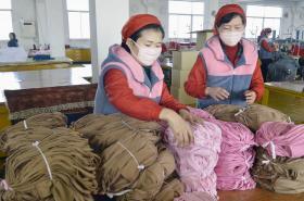Severokorejky vyrábějí v Pchjongjangu ochranné masky